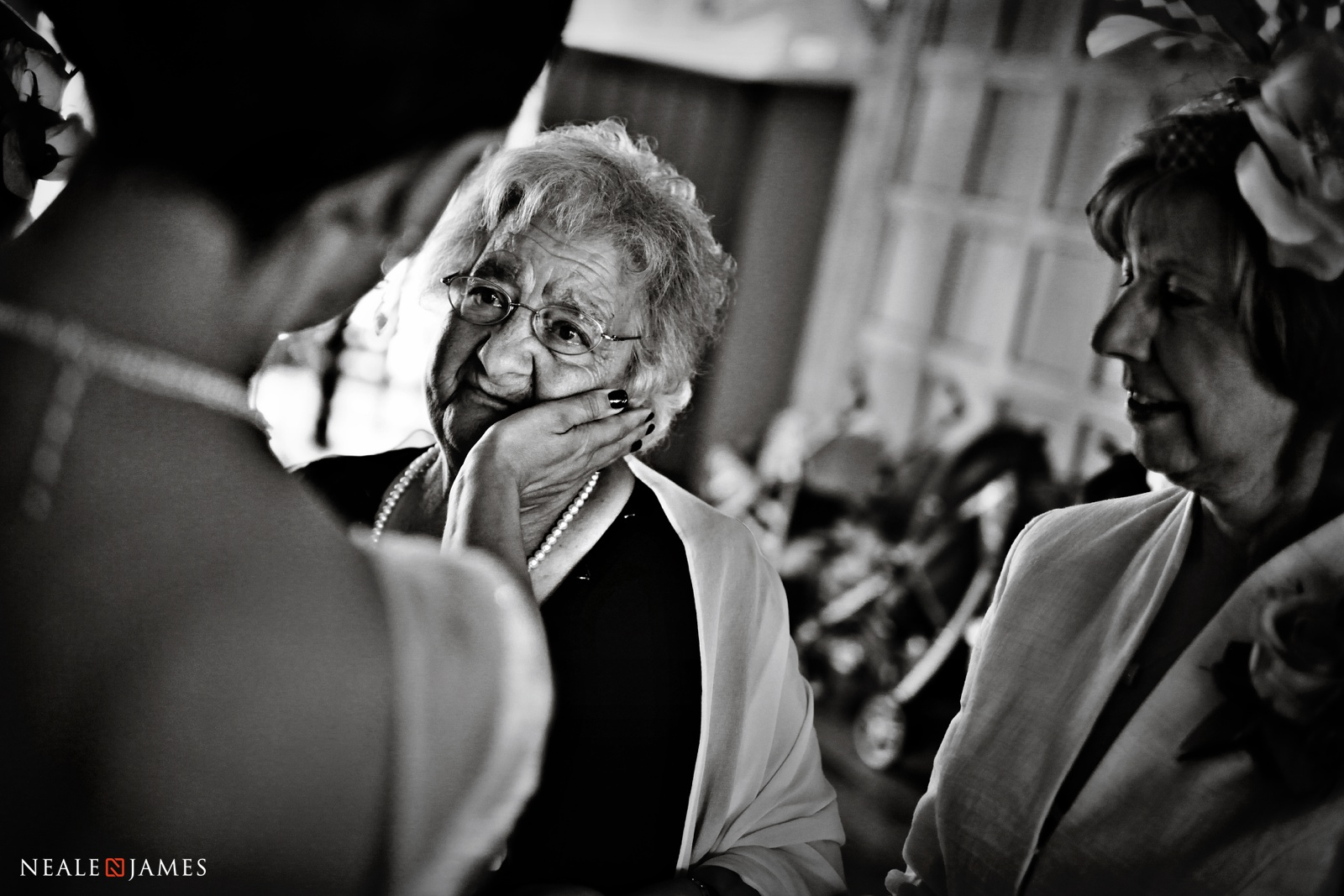 Black and white picture of a mother talking to her Italian daughter at a wedding in England